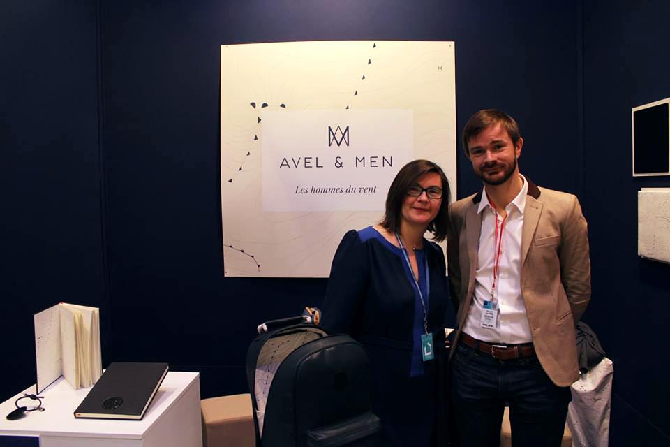 Agnès et Xavier Broise présentent les accessoires horlogers Avel & Men sur un salon